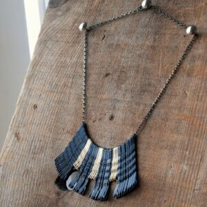 Make this gorgeous, yet ridiculously easy, bobby pin necklace!